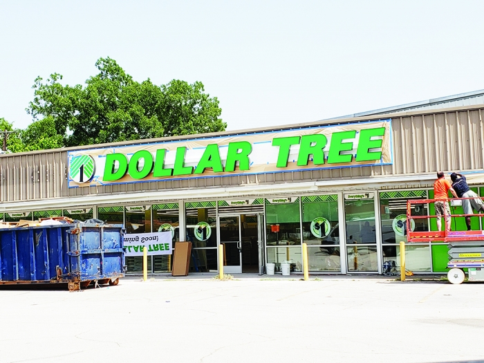 Fairfields Newest Business Dollar Tree Is Coming Along Fast With Workers Installing The Stores Sign Late Last Week Store Opening Slated For This